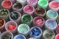 Краска масла в круглых контейнерах Стоковое фото RF