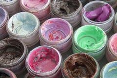 Краска масла в круглых контейнерах Стоковые Изображения