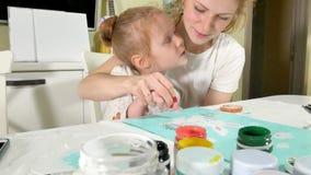 Краска матери и ребенка с покрашенными пальцами Игры с детьми влияют на развитие предыдущих детей стоковое фото