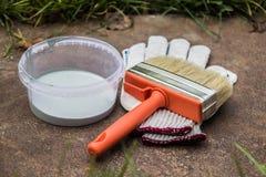 Краска, перчатки, щетка на ржавой плите Стоковая Фотография RF