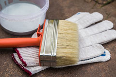 Краска, перчатки, щетка на ржавой плите Стоковое фото RF