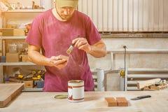 Краска плотника человека Стоковая Фотография