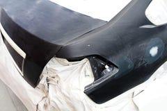 Краска ремонта автомобилей работы тела автомобиля после аварии во время распылять Стоковая Фотография