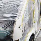Краска ремонта автомобилей работы тела автомобиля после аварии во время распылять Стоковые Изображения