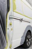 Краска ремонта автомобилей работы тела автомобиля после аварии во время распылять Стоковое Фото