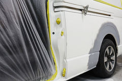 Краска ремонта автомобилей работы тела автомобиля после аварии во время распылять Стоковая Фотография RF