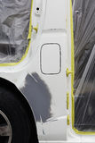 Краска ремонта автомобилей работы тела автомобиля после аварии во время распылять Стоковые Фотографии RF