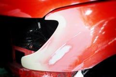 Краска ремонта автомобилей работы тела автомобиля после аварии во время распылять Стоковое Изображение
