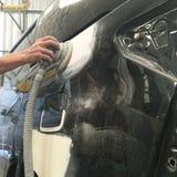Краска ремонта автомобилей работы тела автомобиля после аварии Стоковые Фото