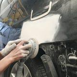 Краска ремонта автомобилей работы тела автомобиля после аварии Стоковые Изображения