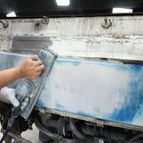 Краска ремонта автомобилей работы тела автомобиля после аварии Стоковое Изображение