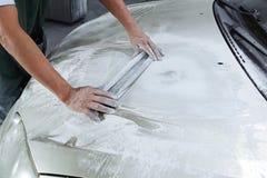 Краска ремонта автомобилей работы тела автомобиля после аварии Стоковые Фотографии RF