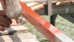 Краска ремонтника распыляя от оружия с компрессором к загородке металла со спрейером и компрессором краски Работник используя бры видеоматериал