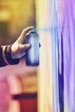 Краска художника граффити распыляя стену Стоковые Изображения