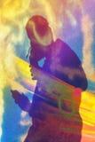Краска художника граффити распыляя стену Стоковое Изображение RF