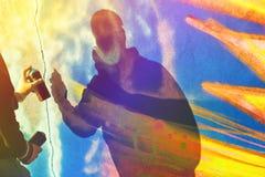 Краска художника граффити распыляя стену Стоковое фото RF