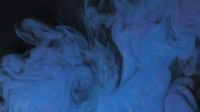 Краска цвета вселенной голубая лить в воде Акриловые цвета и чернила в воде абстрактная рамка предпосылки Цвета и чернила сток-видео