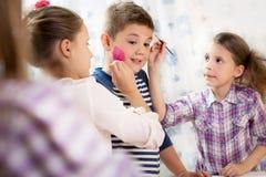 Краска чертежа ребенка с краской стороны Стоковые Изображения