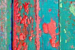 Краска шелушения на старой выдержанной зеленой и красной древесине - текстурированной предпосылке Стоковое Изображение