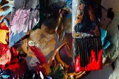 Краска щетки искусства смешанная на палитре Инструменты художника к, запятнанные в чернилах после работы стоковые фотографии rf
