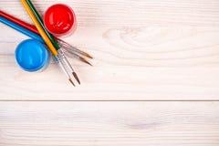 Краски голубого красного цвета с различными щетками Стоковые Фотографии RF