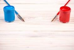 Краски голубого красного цвета с щетками Стоковые Изображения RF
