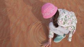 Краски девушки подростка на песке в al Khali протиркой дезертируют видео отснятого видеоматериала запаса акции видеоматериалы
