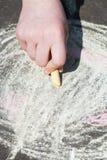 Краски девушки с покрашенным мелом на асфальте Стоковое Изображение RF