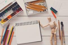 Краски и деревянный человек с щетками, объект художника Стоковое фото RF
