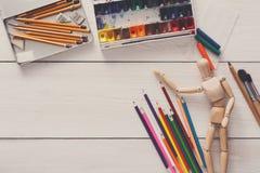 Краски и деревянный человек с щетками, объект художника Стоковые Изображения