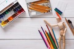 Краски и деревянный человек с щетками, объект художника Стоковые Фотографии RF