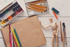 Краски и деревянный человек с щетками, объект художника Стоковые Фото