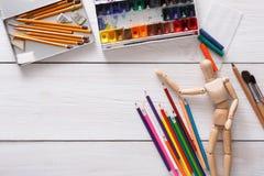 Краски и деревянный человек с щетками, объект художника Стоковое Изображение RF