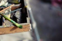 Краски и щетки масла на старых мольберте и цветовой палитре стоковая фотография rf