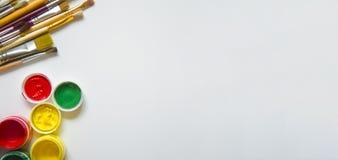 Краски и щетки, на белой предпосылке стоковое фото rf