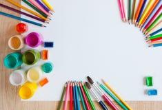 Краски, карандаши цвета, paintbrush и белая бумага Стоковое Изображение RF