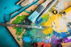 Краски масла палитра и кисти, конец вверх Стоковое Изображение RF