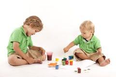 краски 2 мальчиков Стоковая Фотография