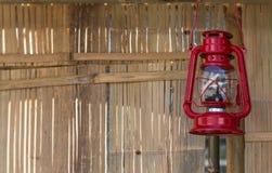 Красная лампа в ретро стиле в бамбуковой хате стены Стоковое фото RF