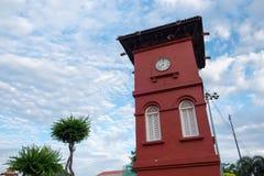 Красная башня с часами на голландском квадрате в Малакке, Малайзии Стоковые Фотографии RF