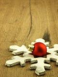 Красная безделушка рождества на деревянной предпосылке дуба Стоковое Фото