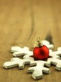 Красная безделушка рождества на деревянной предпосылке дуба Стоковая Фотография