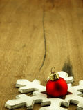 Красная безделушка рождества на деревянной предпосылке дуба Стоковые Изображения RF