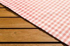 Красная белая checkered ткань таблицы Стоковое Фото