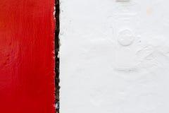 Красная белая грубая краска на стене стоковые фото