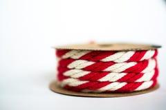 Красная/белая лента шпагата на белой предпосылке Стоковые Фотографии RF