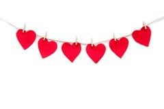 Красная бумага сердца отрезала украшения вися на зажимках для белья Стоковые Фото