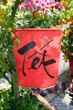 Красная бумага с надписью переведенным Tet - Новый Год на дереве tangerine для торжества въетнамского Нового Года стоковые фото