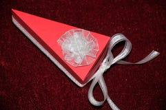 Красная бумажная коробка торта с белыми лентами стоковые фото
