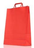 Красная бумажная хозяйственная сумка на белизне стоковые изображения